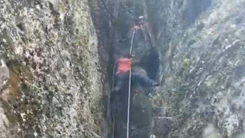 """11名驴友被困丹霞山未开放区域,消防员爬""""一脚宽""""悬崖救援"""