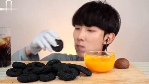 韩国小哥的黑鱿鱼圈芝士球的吃播放送