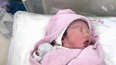 刚出生20分钟的宝宝不停张嘴寻乳,护士却把他抱到了爸爸怀里