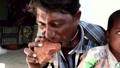 """为啥印度那么多人才?男子以""""砖头""""作为日常主食,并且还很健康"""