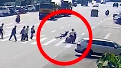 摩托车强行通过斑马线 将过马路的行人撞伤