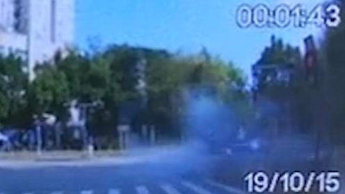 监控曝光!深圳福田一SUV失控撞上安全岛致2死1伤 司机非酒驾