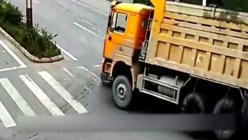 女司机明明能活命的,却停车等死,下一秒被砸扁!
