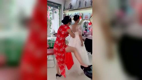 穿了旗袍还不知道淑女一点,使劲儿不该往背上踹吗?