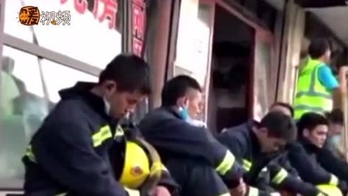 令人心疼的技能!消防员救援间隙路边休息 疲惫不堪 坐地秒睡