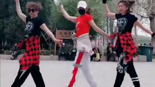"""简单好看,三姐妹广场齐舞""""萌蛋蛋"""",音乐动感舞步百看不厌!"""