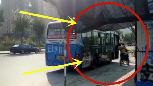 残疾女孩错过公交车,外卖小哥一个动作,感动万千网友!