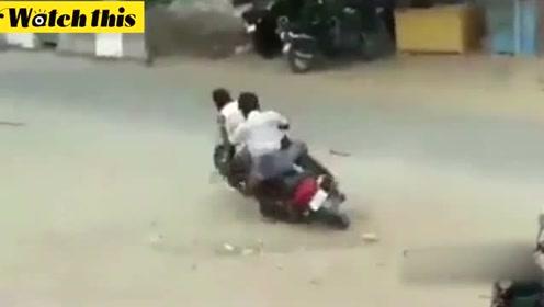 男子喝醉后走一步退两步 连连摔跤怎么也坐不上摩托车太好笑