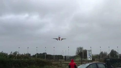 大飞机降落,狂风中从头顶低空掠过,视觉独特