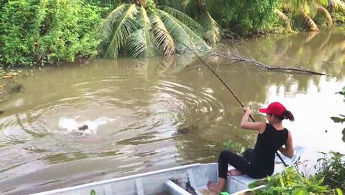 乡下堂姐乘船野钓,一眨眼的功夫,大野货就吃钩了,赶紧拼命拉鱼竿!