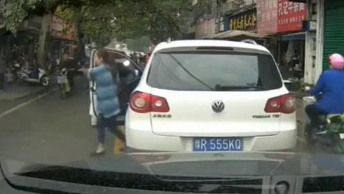 这就是女司机开车 眼里只有自己 马路是她家