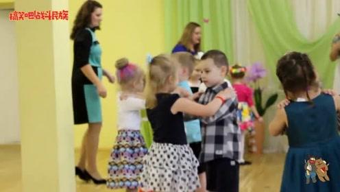 第一次和幼儿园的女同学跳舞,小男孩还有点害羞