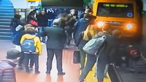 地铁进站时刻 阿根廷女子突然被人撞入铁轨内 众人齐力拦下列车