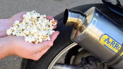 小伙往雅马哈摩托车上倒玉米粒,启动油门后,全场都安静了