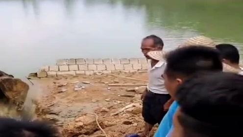 挖掘机司机来野塘钓鱼,结果没一条鱼吃钩,一气之下把塘埂挖了!