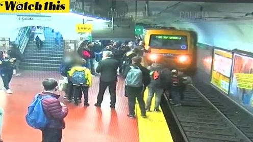 女子意外跌落至列车轨道 千钧一发之际众人伸手拦截列车