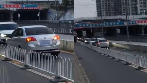 #逆行轿车被车流顶着倒退数百米#的司机找到了 北京交警:罚200计3分