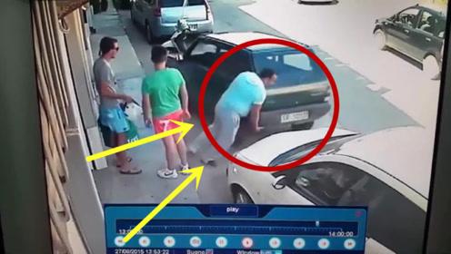 停车被堵怎么办,男子的做法让两小伙当场傻眼!太生猛了