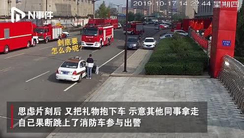 山西消防员请假给女友庆生,出发前看到出警队友,果断跑上消防车