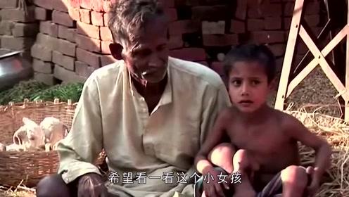 """印度2岁女孩天生8只手脚,被村民奉为""""财神"""",生活的让人心酸"""