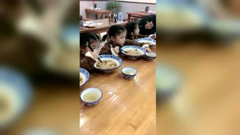 四胞胎小姑娘吃面,看她们的样子太可爱了