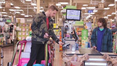 美国恶搞:小帅哥坐着玩具车行走在超市里,下一幕围观路人一脸好奇