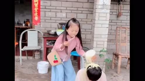 袖珍夫妻:老婆一个不小心把泡面倒在老公头上!瞬间场面失控!