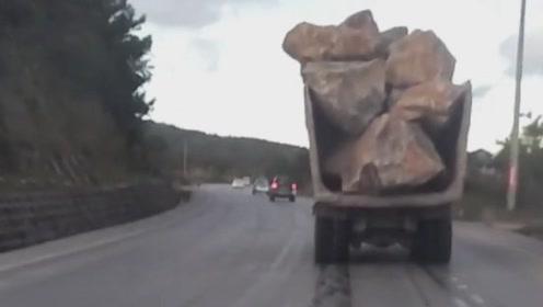 这样的货车危险啊,超车尽量离它远点