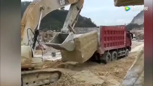 如此之大的石头看挖掘机老司机是怎么装车的,这技术太牛了!