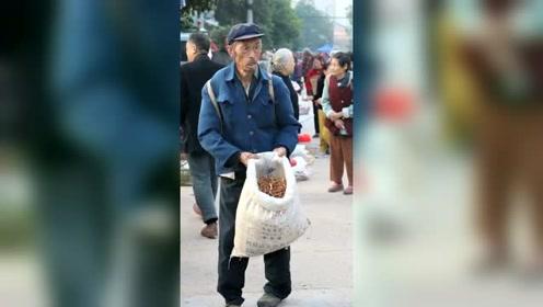 找不到摊位,只能边走边卖,老人家期盼的眼神令人心酸