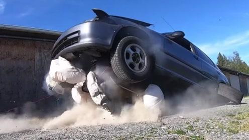 安全气囊威力有多大?老外用16个气囊测试,直接把汽车弹飞!