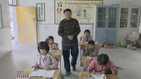 老师回家乡贫困村支教,每天接送每个孩子