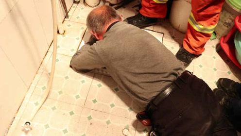老人便池中捞捡遥控器被卡,消防员10分钟破拆救人