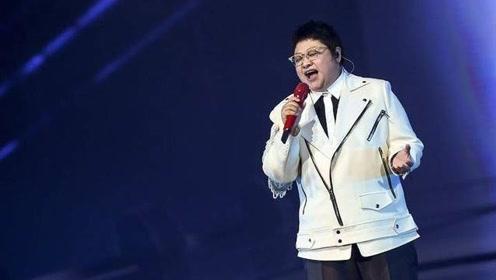 韩红现身商演带领粉丝唱歌飙高音,台下走音一片现大型车祸现场