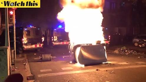 加泰罗尼亚52万人上街抗议 警民对峙发生冲突大火照亮夜空