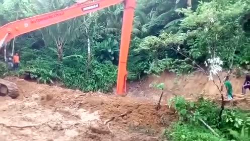 开长臂挖掘机挖土做鱼塘,效率挺不错啊!