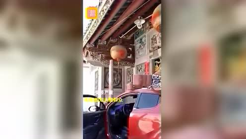 广东潮汕一女司机驾车失控冲撞祠堂 当地居民愤怒不已