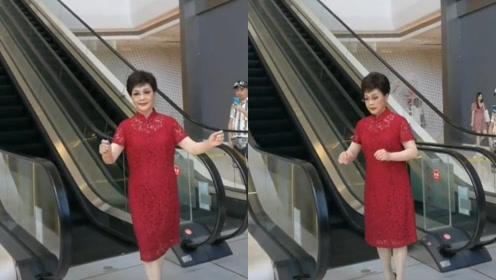 74岁李谷一穿红裙踩高跟鞋状态好,登台前反复练习手势超敬业