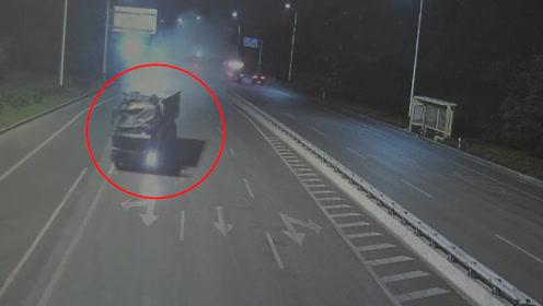 重型货车直接撞碎限高杆失控滑行 拐弯时又撞烂路灯杆现场一片狼藉