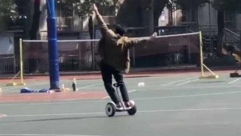 腰力秒杀小伙!校庆太开心,男子把平衡车玩成花样滑冰