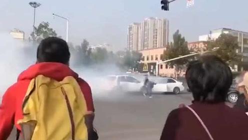 铃木奔驰相撞现场浓烟滚滚,警方:误踩油门,伤者无生命危险
