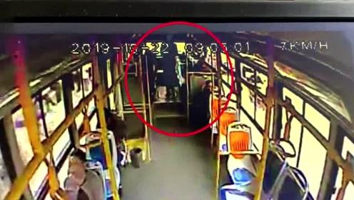 女子公交车上疑遭男乘客猥亵头发上有不明液体