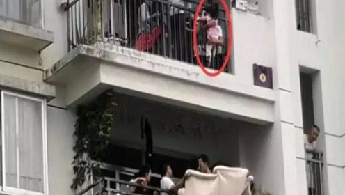 """南宁两岁女童""""悬挂""""10楼阳台 楼下邻居拉被子紧急施救"""