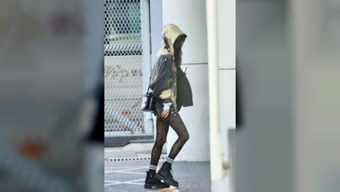 杨幂新造型开挂,短靴丝袜配连帽外套,当看清腿型时被惊艳到了