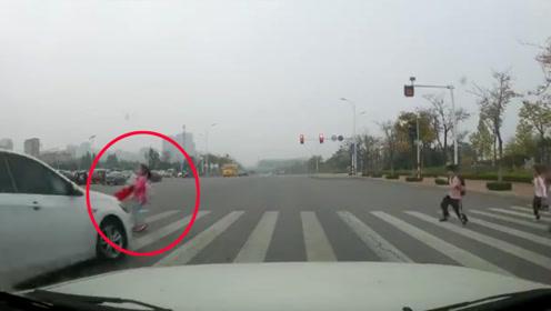 9岁女孩过人行道被闯红灯轿车瞬间撞飞 吓坏一旁学生