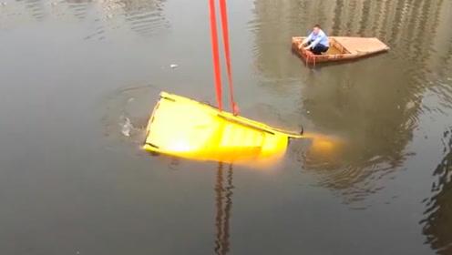 电动汽车冲破护栏坠入河中 车顶被水淹没3人被困
