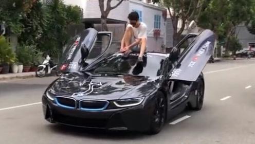 小伙为炫车技,坐跑车车顶开车,车子启动尴尬瞬间开始!