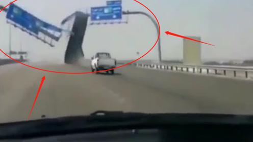 粗心货车司机上路,车厢撞上指示牌当场断裂掉落,监控记录惊险画面!