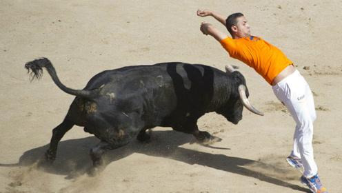 惊险!西班牙一男子被凶猛斗牛数次撞倒顶起