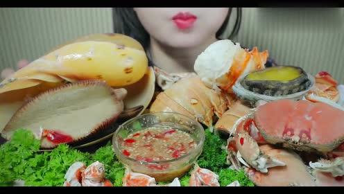 小姐姐吃豪华海鲜大拼盘,绝对是有钱人的生活呀